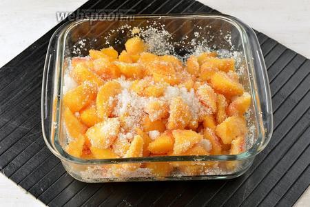 Пересыпать кусочки персиков сахаром (600 г) и оставить на 1 час, чтобы они пустили сок.
