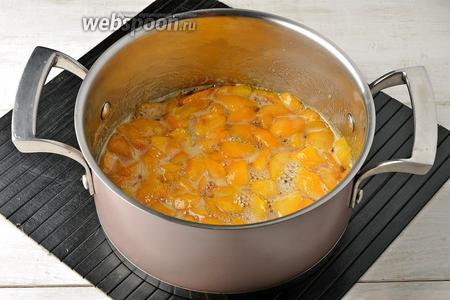 Выложить смесь в толстостенную кастрюлю, на быстром огне довести до кипения. Убавить огонь и варить 30 минут.