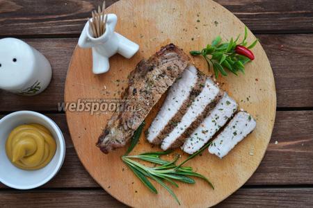 Подавать мясо горячим с любимым гарниром, овощным салатиком или как отдельное блюдо.