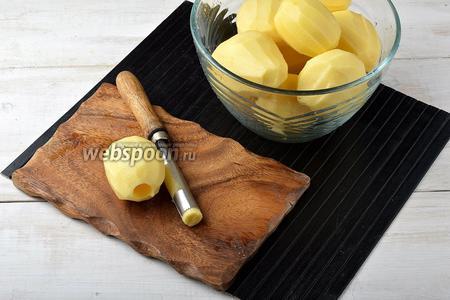 Картофель (600 г) очистить, промыть. С помощью специального приспособления вынуть у картофеля  серединку. Также серединку можно вырезать с помощью небольшого ножа.