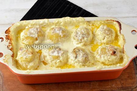 Накрыть форму фольгой и отправить в предварительно разогретую до 180°С духовку на 40 минут. Фаршированная картошка готова.