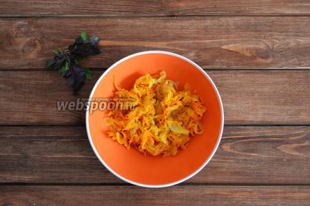 Лук (1 шт.) и морковь (1 шт.) очистить, помыть. Лук нарезать тонкими полукольцами, а морковь натереть на крупной тёрке. На горячей сковороде с подсолнечным маслом (30 мл) обжарить овощи до мягкости. Во время жарки посолить (1 щепотка) и добавить 1 щепотку прованских трав.