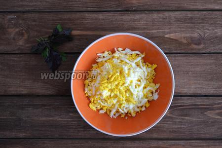 Яйца отварить и натереть на крупной тёрке, не отделяя желтки от белков. По вкусу посолить.