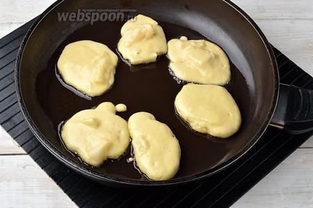 На горячую сковороду, с подсолнечным маслом (100 мл), столовой ложкой выкладывать небольшие оладьи.