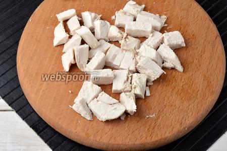 Вынуть филе и нарезать крупными кубиками.