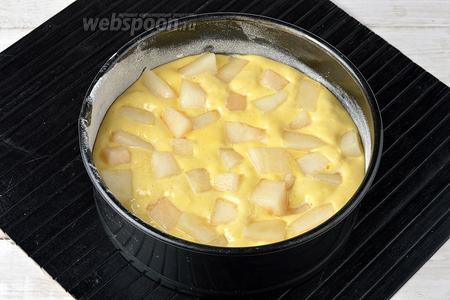 Вылить тесто в смазанную маслом (0,5 ст. л.) и присыпанную мукой (1 ст. л.) форму диаметром 18 сантиметров. Сверху разложить небольшие кусочки очищенной дыни (150 г).