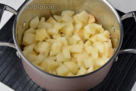 Дыню (500 г) очистить от кожицы и семян, нарезать небольшими кусочками.