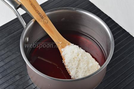 Соединить в кастрюле вино (250 мл) и сахар (60 г). Довести до кипения, помешивая, и проварить 7-8 минут. Масса должна немного увариться.