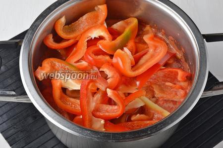 Пока помидоры закипают, вымыть и очистить болгарский перец (2 кг). Нарезать его полосками и добавить к помидорам.