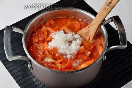 Довести смесь до кипения. Добавить сахар (1 стакан), соль (2,5 ст. л.), подсолнечное масло (1 стакан) и готовить 30 минут.