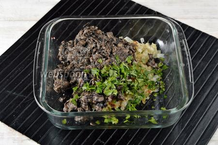 Соединить подготовленный лук, грибы, нарезанную петрушку (10 г), соль (0,7 ч. л.), перец (0,2 ч. л.). Перемешать.