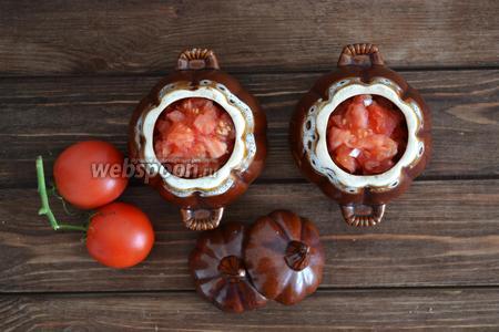 На 4 помидорах сделать крестовые надрезы, обдать кипятком и снять шкуру. Нарезать мелким кубиком и разложить по горшочкам. Добавить нарезанную петрушку (1 пучок) и по 1 щепотке соли. Отправить в духовку при 180°С на 30 минут.