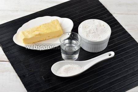 Для теста нам понадобится сливочное масло, пшеничная мука, ледяная вода, соль.