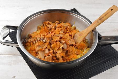 Добавить лисички к овощам. Тушить ещё 5 минут. Немного охладить.