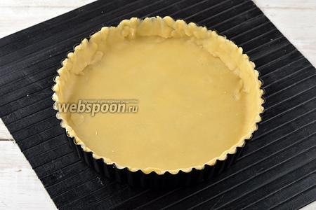Тонко раскатать охлаждённое тесто, вырезать круг и уложить в смазанную сливочным маслом форму (диаметр формы 18 см). Из приведённого количества продуктов получатся два таких киша ).