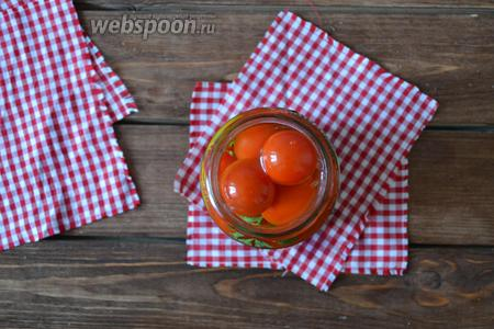 До верха банки заполнить помидорами и залить кипящей водой. Накрыть крышками и оставить на 10-15 минут.