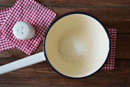 Приготовить рассол: в сотейник всыпать 2 столовых ложки сахара, 1 столовую ложку соли, влить 1,5 литра воды и довести до кипения, помешивая, чтобы растаяли сахар и соль. Как только закипит — влить уксус (30 мл). Готовым рассолом залить банки.
