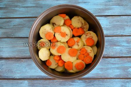 На баклажаны выложить нарезанную кольцами 1 морковь.