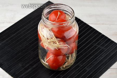 Помидоры (3 кг) вымыть. У основания плодоножки помидоры 2-3 раза проткнуть зубочисткой. В стерилизованные банки плотно выложить подготовленные помидоры, прослаивая их небольшим количеством сельдерея.