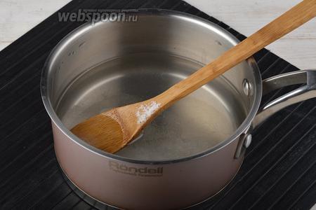 Приготовить маринад: соединить воду (1 литр), сахар (2 ст. л.), соль (1 ст. л.). Перемешать. Довести до кипения и проварить 1 минуту. В конце добавить уксус (1 ч. л.) и снять с огня.