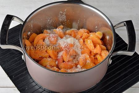 Засыпать абрикосы сахаром (800 г). Стряхнуть посуду, чтобы сахар распределился равномерно. Оставить на 1 час.