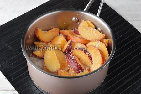 Выложить дольки нектаринов в толстостенную кастрюлю, пересыпая их сахаром (500 г).