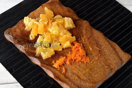 Апельсин (1 половину) тщательно помыть в горячей воде, высушить. Натереть цедру на тёрке. Удалить белую часть апельсина, а мякоть нарезать небольшими кусочками, удалив косточки.