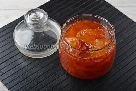 Варенье из нектаринов с апельсинами готово. Горячее варенье можно сразу расфасовать по сухим, стерилизованным баночкам и закатать.