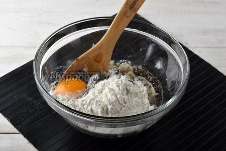 В массу вмешать 2 яйца, просеянную муку (6 ст. л.), соль (0,5 ч. л.), перец (1 щепотку).
