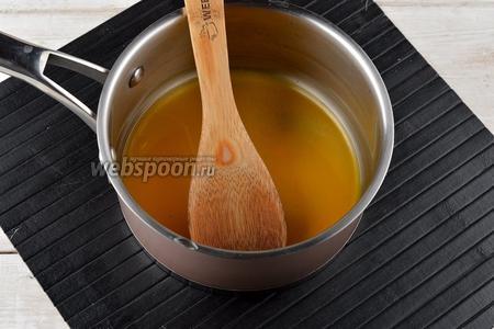 В сотейнике соединить воду (3 ст. л.) и куркуму (1 ст. л.). Перемешать и довести до кипения. На этом этапе можно добавить 1 щепотку молотого чёрного перца, по желанию.