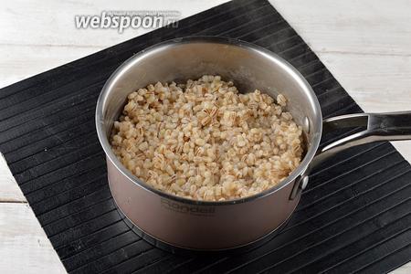 Отварить крупу практически до готовности (на 1 стакан крупы возьмите 3 стакана кипятка и 1 ч. л. соли). Время варки 50 минут.