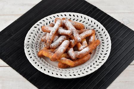 Перед подачей можно посыпать творожные палочки сахарной пудрой.