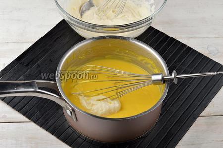Взбить сливки (250 мл) до мягких пиков и порциями, аккуратно вмешать в остывшую основу.