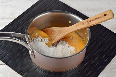 В кастрюле соединить персиковое пюре, кукурузный крахмал (12 г) и сахар (70 г). Перемешать. Довести до кипения и варить 1-2 минуты, помешивая.