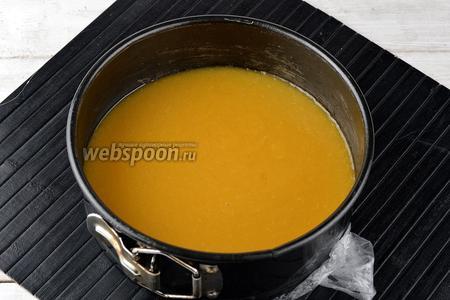 Кольцо для торта затянуть пищевой плёнкой. Вылить персиковое пюре в кольцо. Отправить в холодильник на 2 часа.