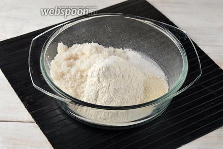 Отдельно просеять муку (280 г), разрыхлитель (2 ч. л.), 1 щепотку соли. Добавить сахар (225 г) и ванильный сахар (1 ст. л.).