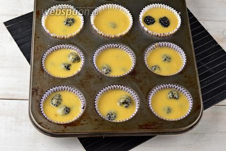 Выложить тесто, порционно, в формочки для маффинов, заполняя их на 3/4 объёма.
