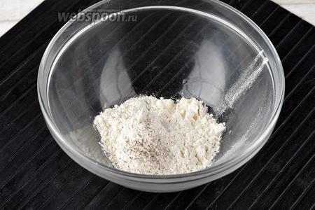 В миске соединить просеянную пшеничную муку (4 ст. л.), соль, чёрный молотый перец. Перемешать.