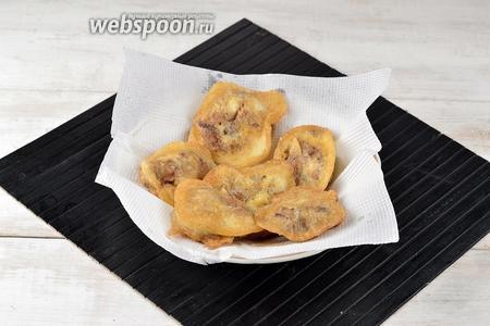 Выложить обжаренную печень на салфетки для удаления лишнего жира.