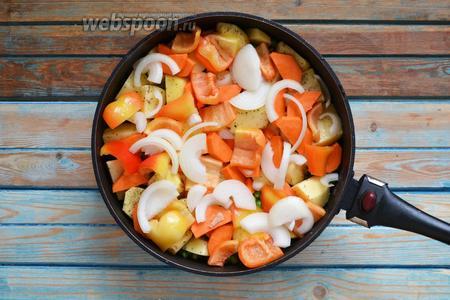 Очистить 1 лук и 1 морковь. Нарезать полукольцами. 2 перца помыть, очистить от плодоножки и семян, нарезать на 4-6 частей. Выложить овощи в сковороду.