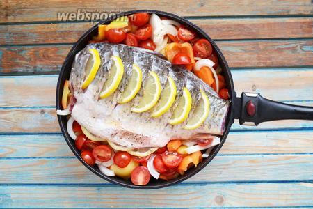 Выложить рыбу сверху на овощи.