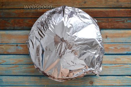 Плотно, используя несколько слоёв фольги, замотать сковороду и отправить в духовку на 50 минут, при 180°С.