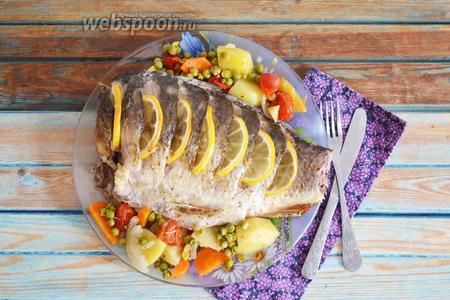 Выложить рыбу на блюдо, вместе с овощами, и в горячем виде подать на стол. Готовьте с любовью.