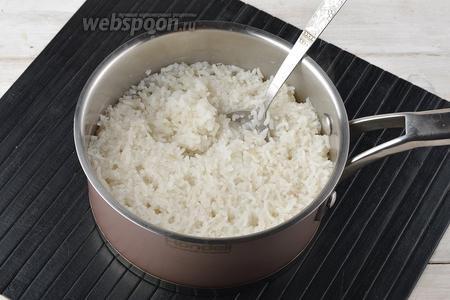 Рис (0,25 стакана) перебрать и промыть. Сварить густую рисовую кашу на воде (0,5 стакана) и молоке (0,5 стакана), с добавлением соли (0,5 ч. л.) и сахара (1 ч. л.). Охладить. Также можно воспользоваться густой рисовой кашей, которая осталась от предыдущего приёма пищи.