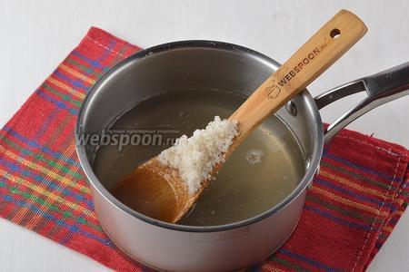 Заранее основную часть воды (800 мл) соединить с сахаром (4 ст. л.), довести до кипения. Помешивать, чтобы весь сахар растворился. Готовить 2 минуты. Затем огонь выключить, а сироп хорошо охладить.