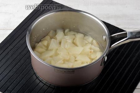 Добавить к грушам воду (100 мл). Довести до кипения и проварить приблизительно 5 минут (груши должны стать мягкими).