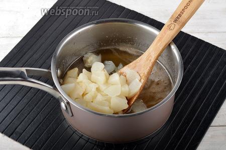 Вернуть груши в сироп, довести до кипения и варить 5 минут после закипания.
