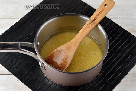 Крупу перебрать, промыть холодной водой. В кастрюлю налить воду (190 мл), всыпать соль (0,5 ч. л.), сахар (1 ч. л.) и довести до кипения. Выложить подготовленную крупу (50 г) в кипящую воду. Готовить, постоянно помешивая, при слабом кипении. Параллельно вскипятить молоко (200 мл).