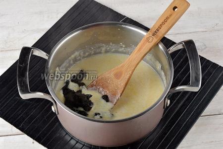 В конце добавить промытый и нарезанный тонкими полосками чернослив (15 г). Готовить ещё 5 минут.