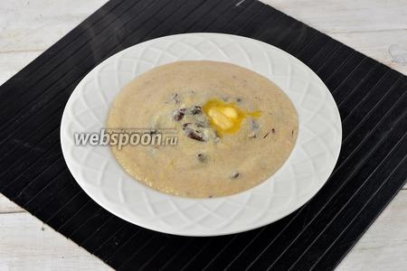 Кукурузная каша с черносливом готова. При подаче, в каждую тарелку, по желанию положить кусочек сливочного масла (15 г).